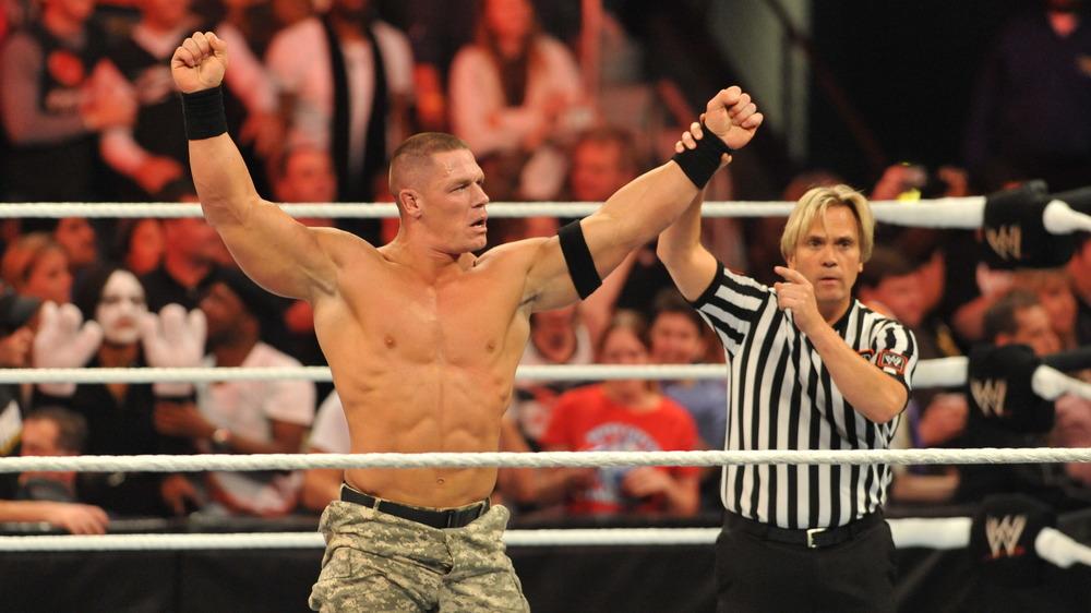 John Cena dans le ring de lutte