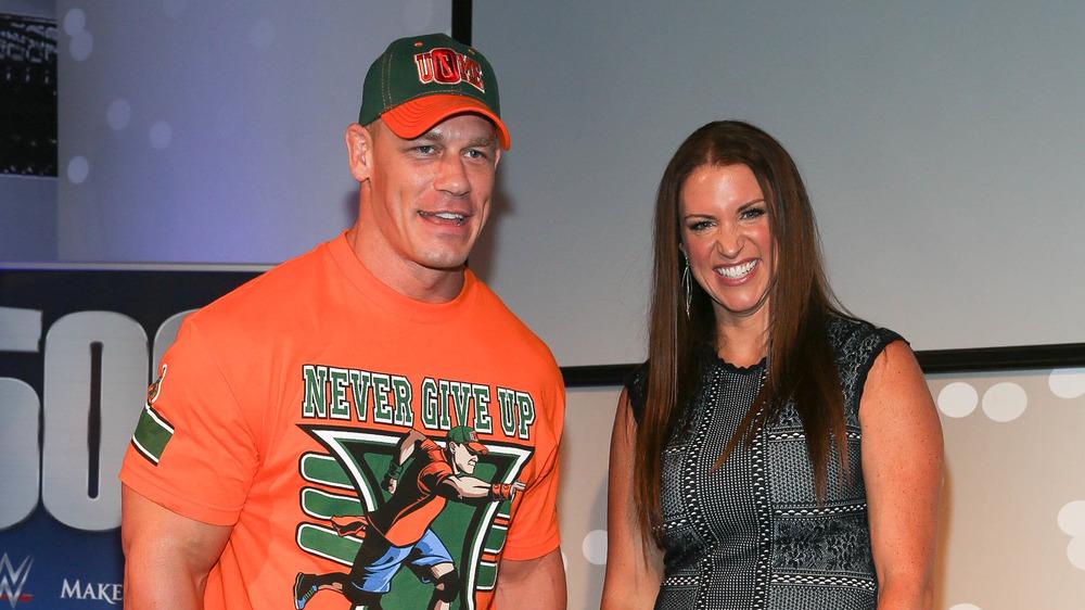 John Cena et Stephanie McMahon souriant