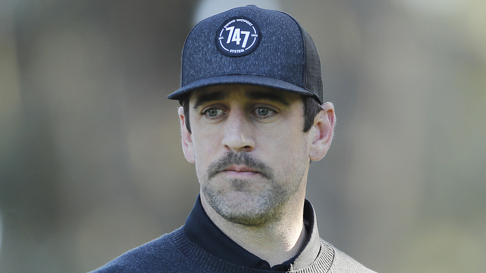 Aaron Rodgers a l'air sombre au AT&T Pebble Beach Pro-Am