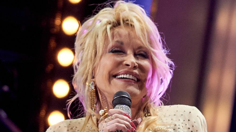 Dolly Parton tenant un microphone