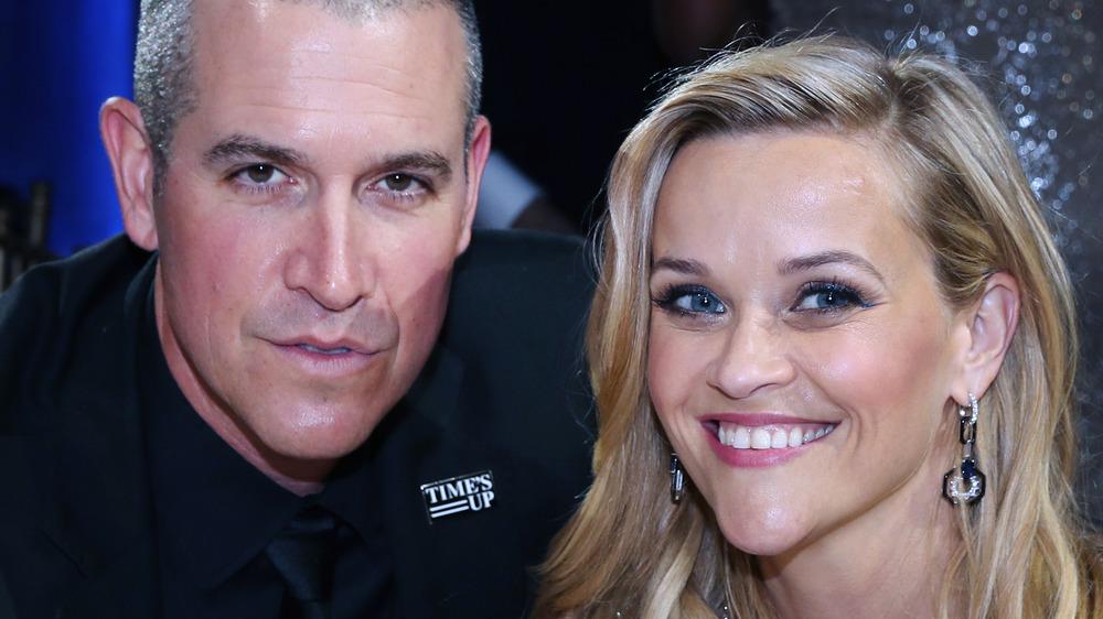 Jim Toth pose pour une photo à côté de sa femme Reese Witherspoon