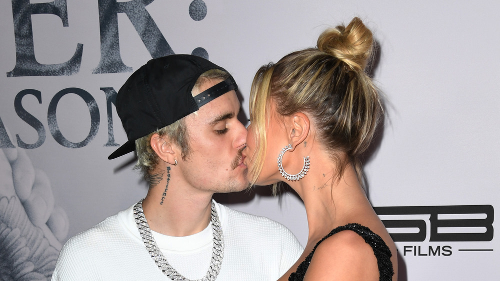 Justin Bieber et Hailey Bieber s'embrassant