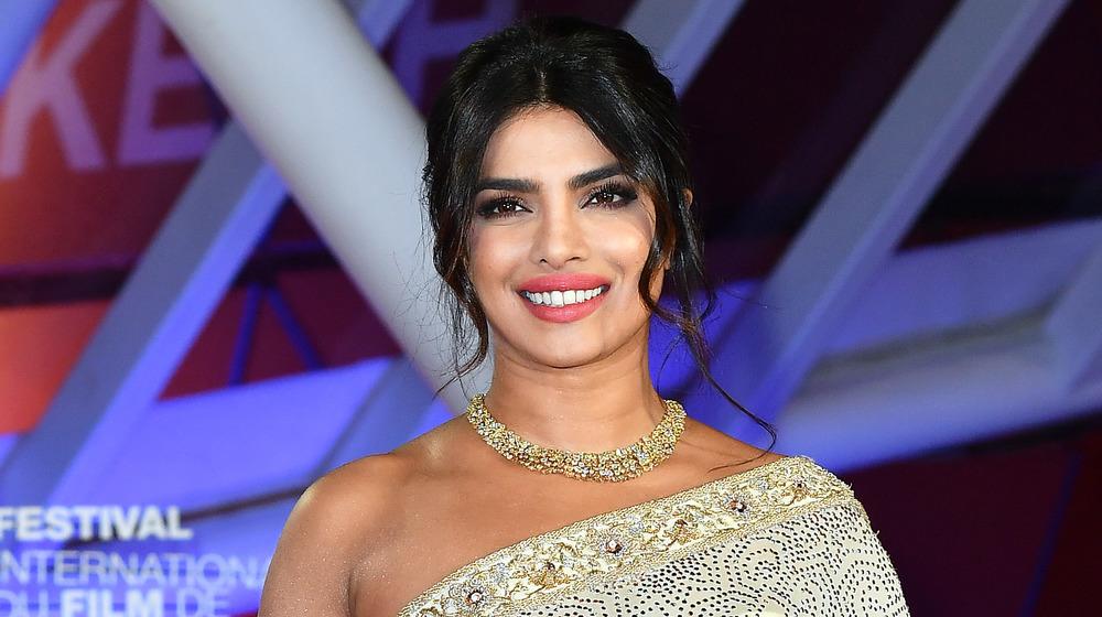 Priyanka Chopra souriante dans une robe inspirée du sari