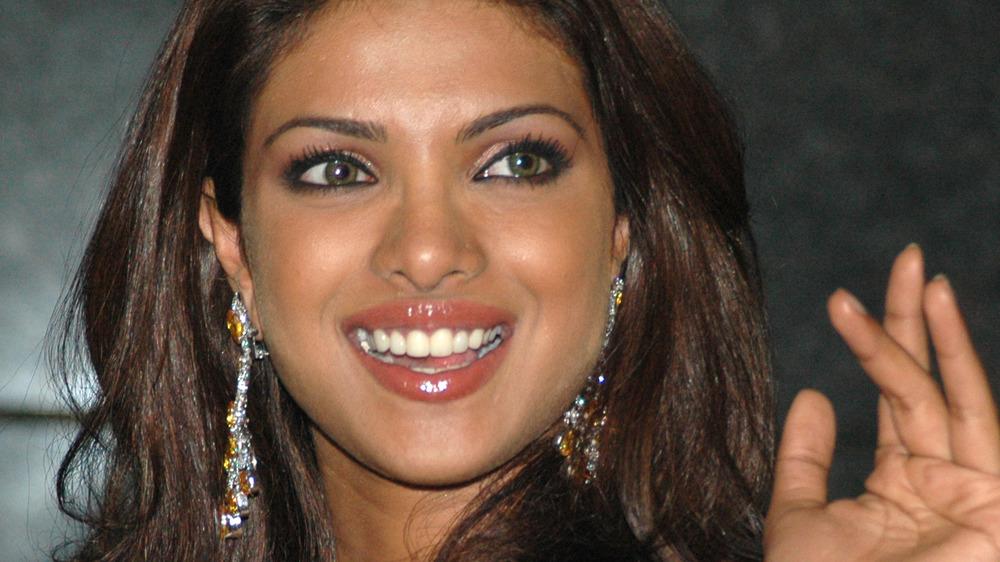 Jeune Priyanka Chopra souriant