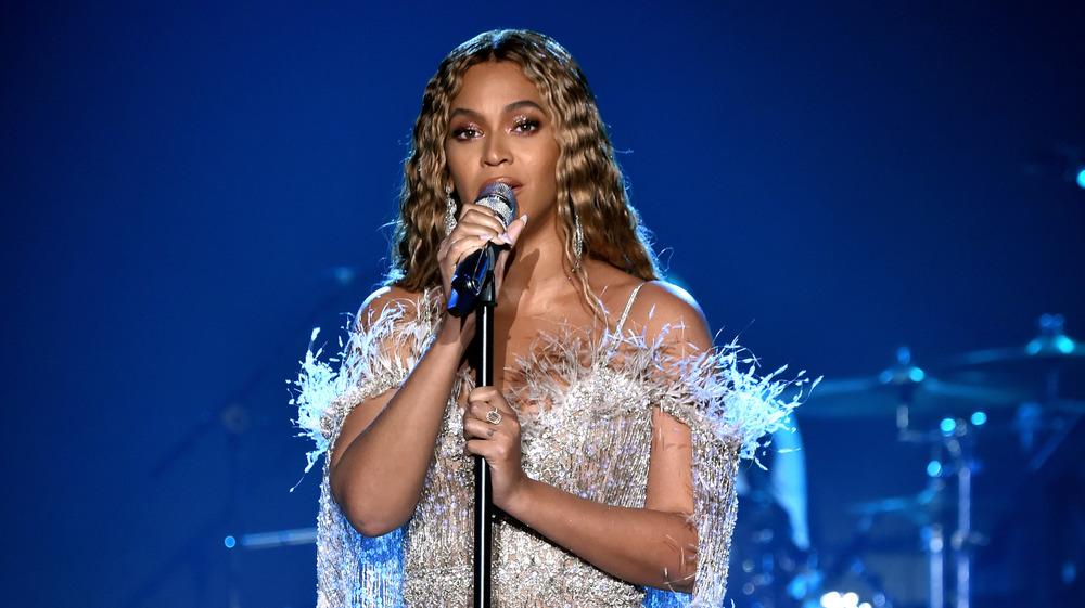 Beyonce chante dans le micro