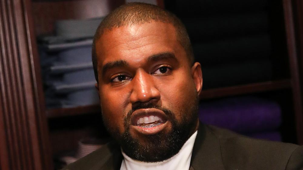 Kanye West s'exprimant lors d'un événement