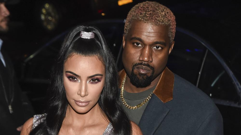 Kim Kardashian et Kanye West posant lors d'un événement