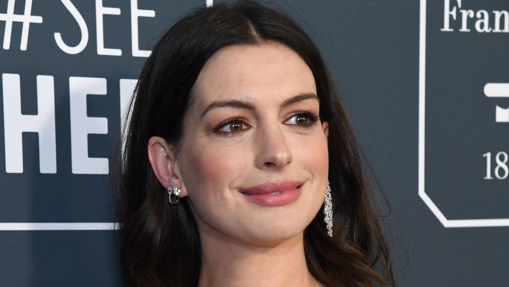 Anne Hathaway posant sur le tapis rouge