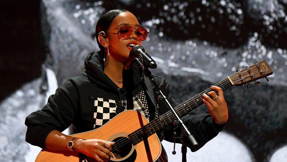 Elle se produit pendant le concert Verizon Support Small Businesses