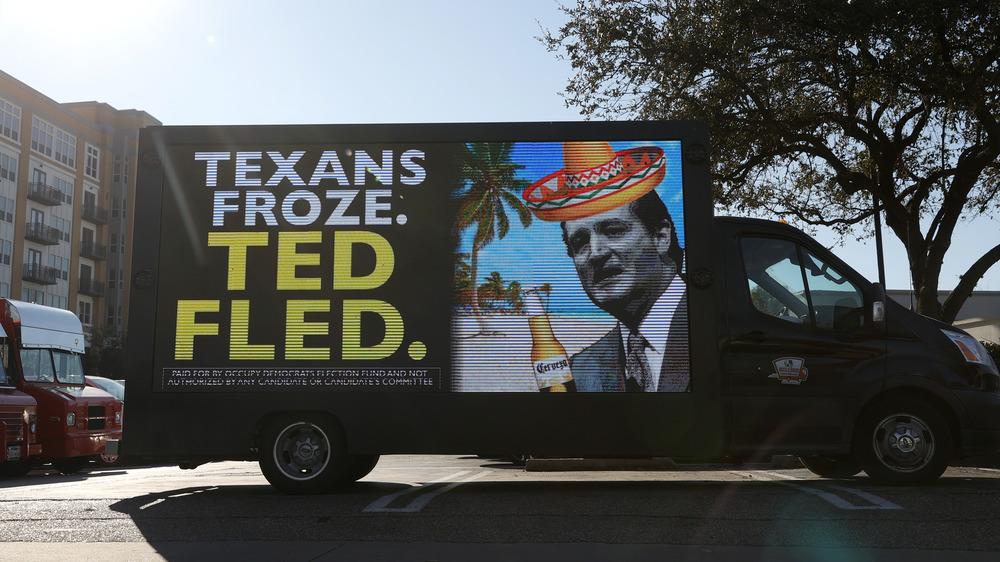 Un camion avec un message et une image se moquant de Ted Cruz après avoir quitté le Texas au milieu des tempêtes hivernales