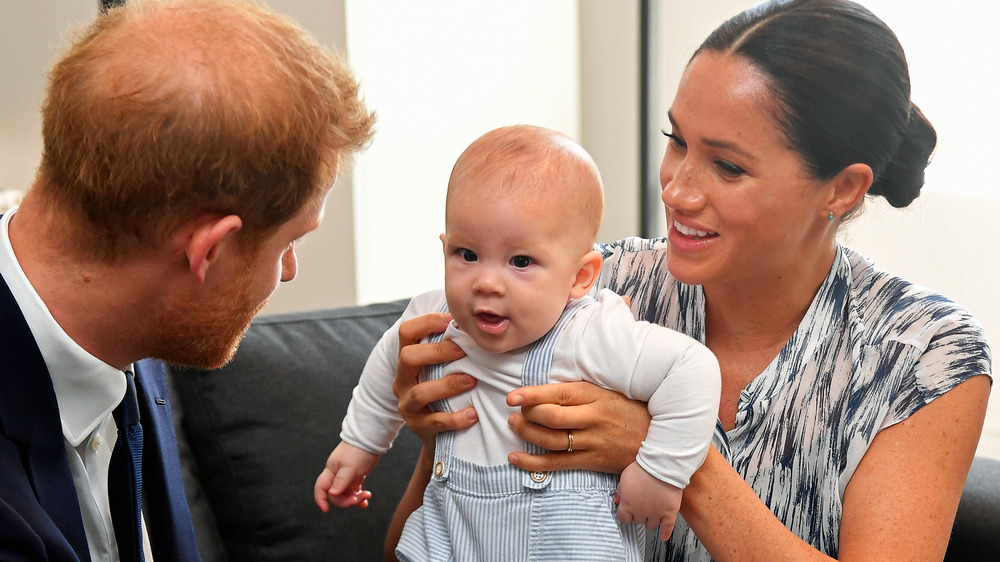 Le prince Harry et Meghan Markle jouent avec le bébé Archie