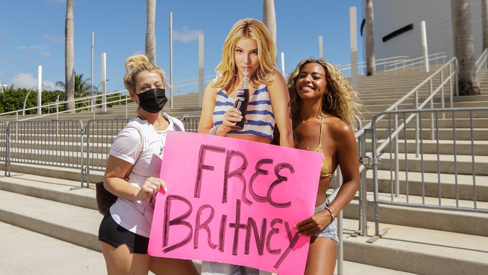 Les fans posent avec une découpe en carton de Britney Spears