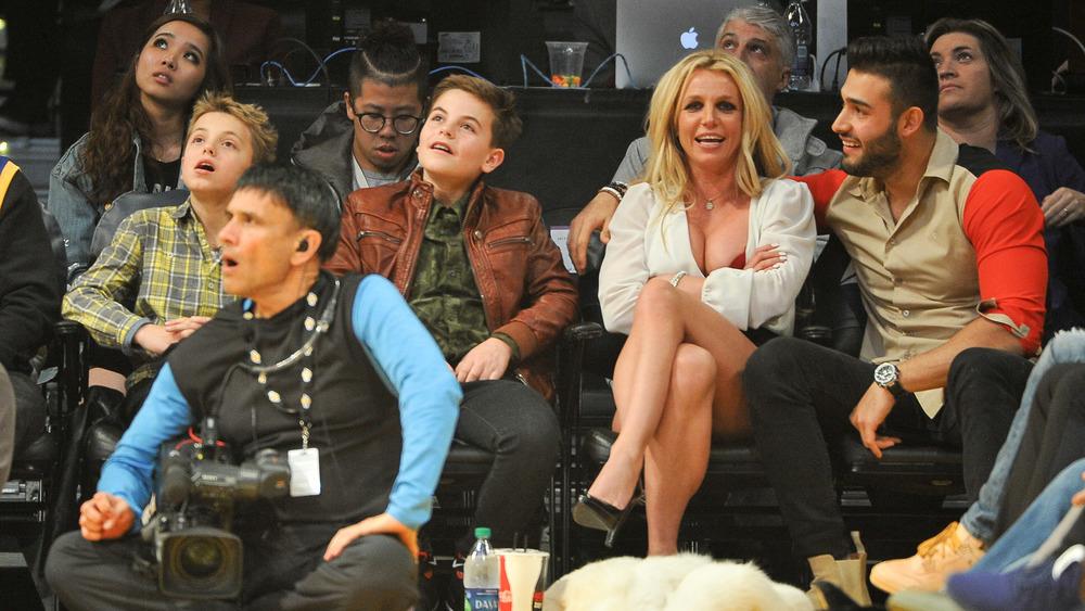 Britney Spears regarde le basketball avec son fils et son petit ami