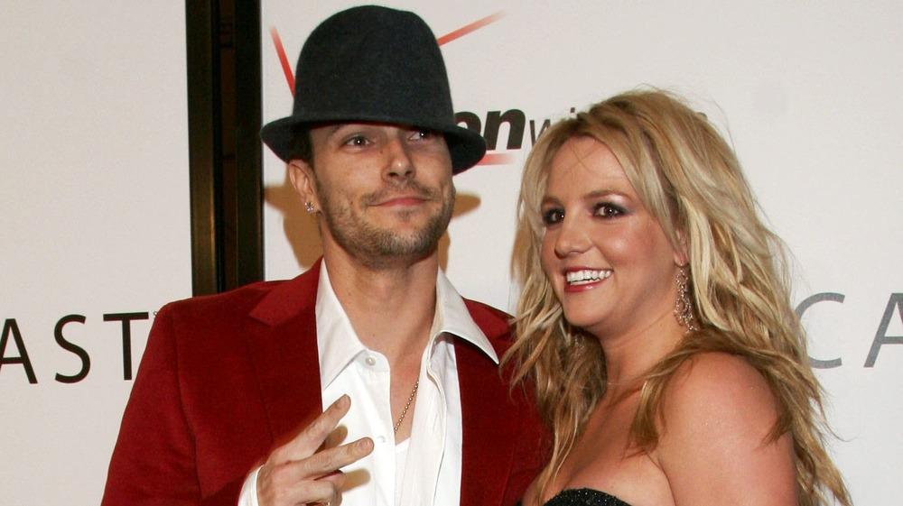 Kevin Federline et Britney Spears posent sur un tapis rouge