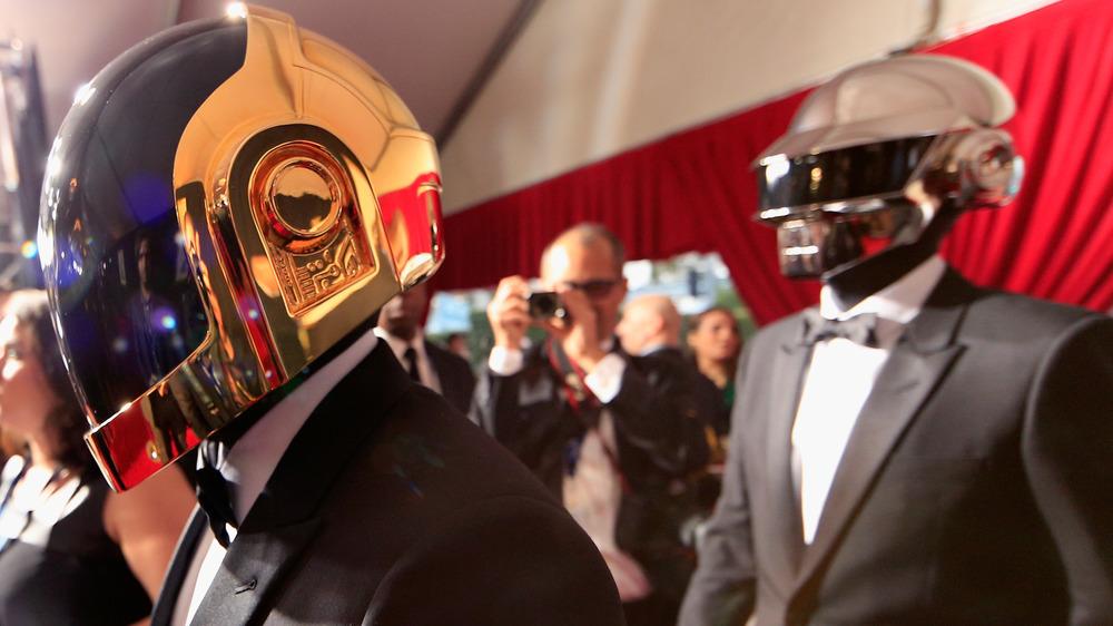 Daft Punk marche sur le tapis rouge