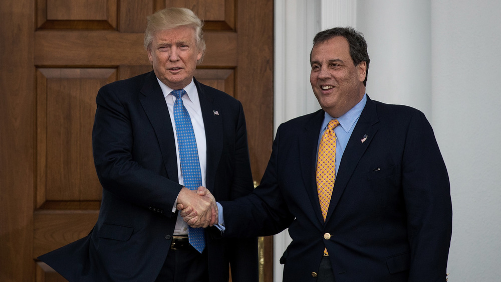Donald Trump et Chris Christie se serrant la main