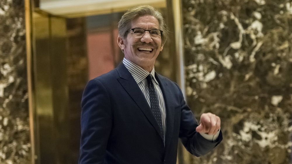 Geraldo Rivera marche dans le hall de la Trump Tower