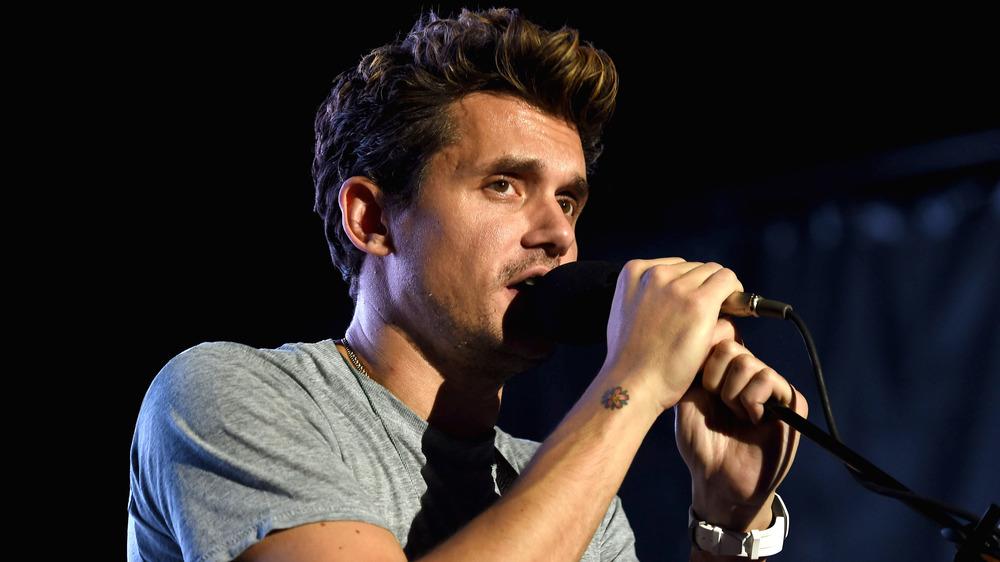 John Mayer chantant dans le microphone