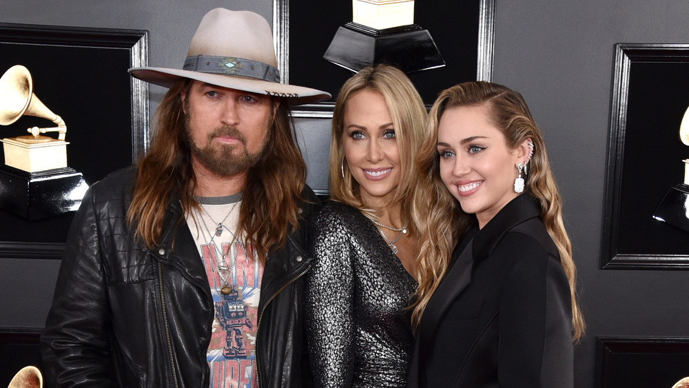 Miley Cyrus souriant avec Billy Ray Cyrus et Tish Cyrus