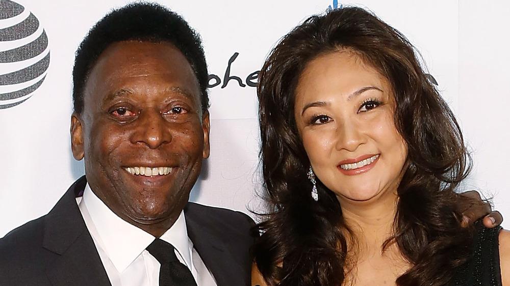 Pelé et Marcia Aoki sourient