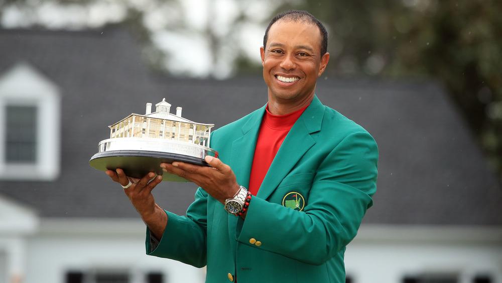 Tiger Wood posant dans sa veste verte Masters