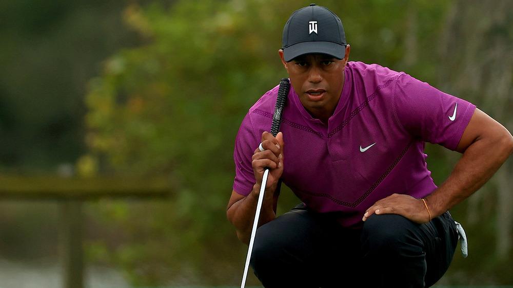 Tiger Woods s'accroupit sur le green