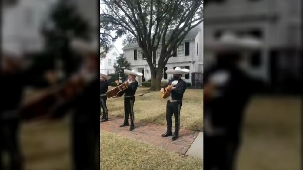 Groupe de mariachi jouant devant la maison de Ted Cruz au Texas