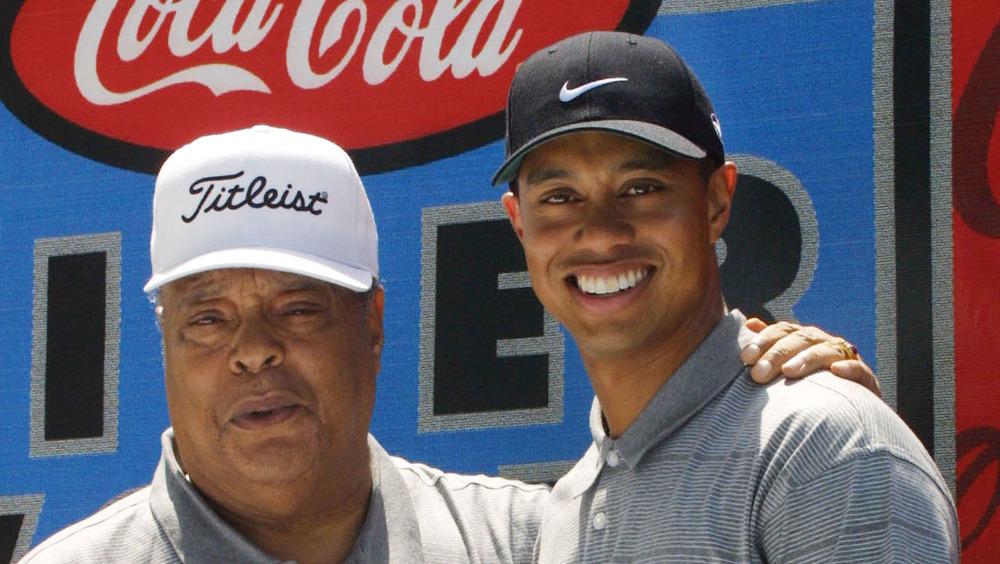 Tiger Woods et son père Earl Woods posent lors d'un événement de la fondation de golf en 2001