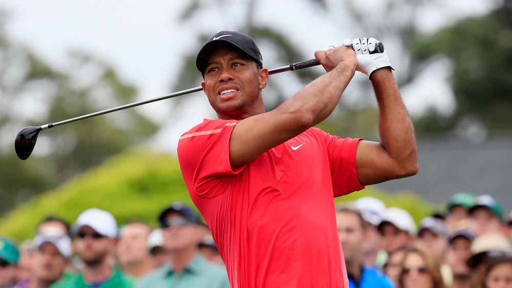 Tiger Woods regardant son coup de départ