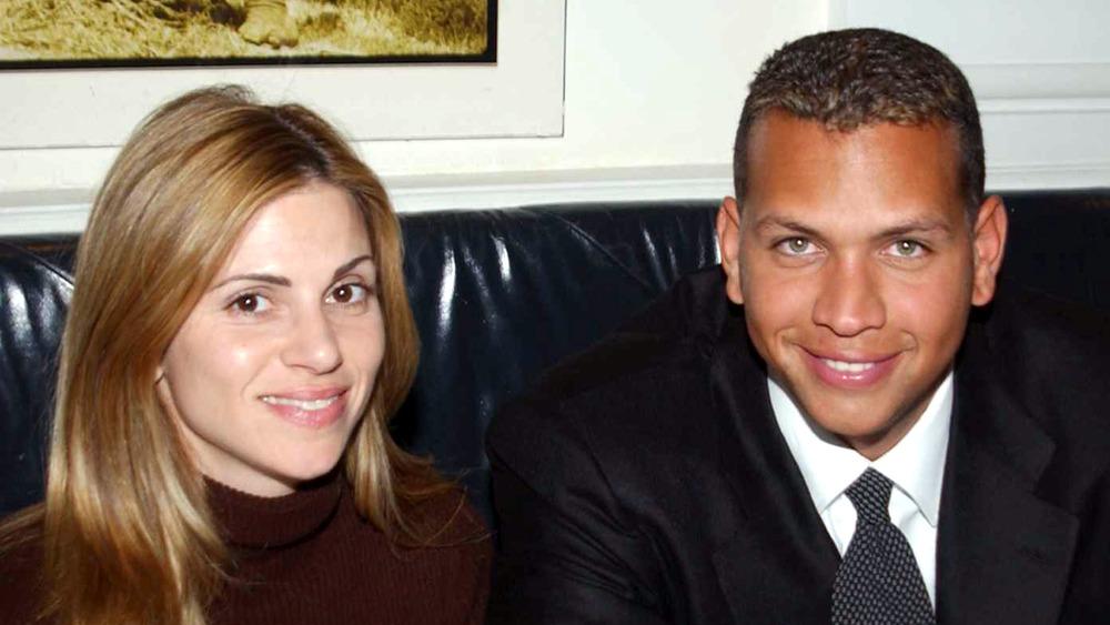Cynthia Scurtis et Alex Rodriguez assis sur un canapé, souriant