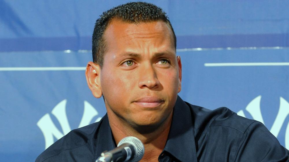 Alex Rodriguez fronce les sourcils lors d'une conférence de presse