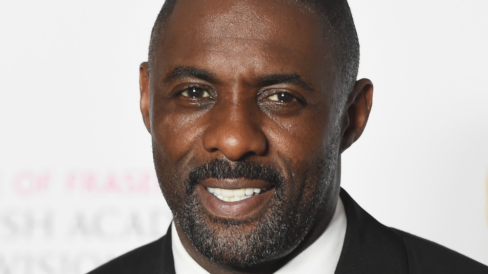 Idris Elba souriant