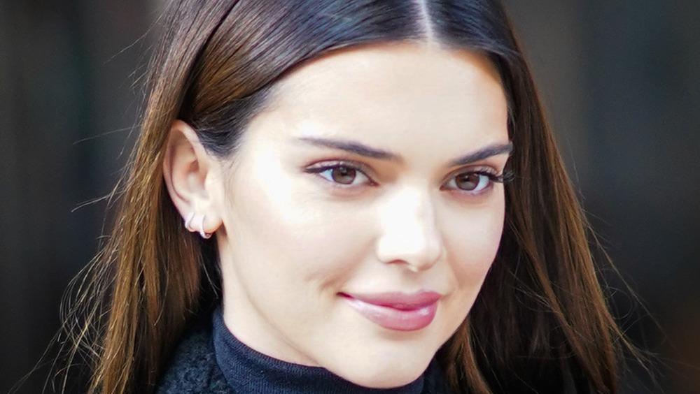 Kendall Jenner sourit alors qu'elle sort en public