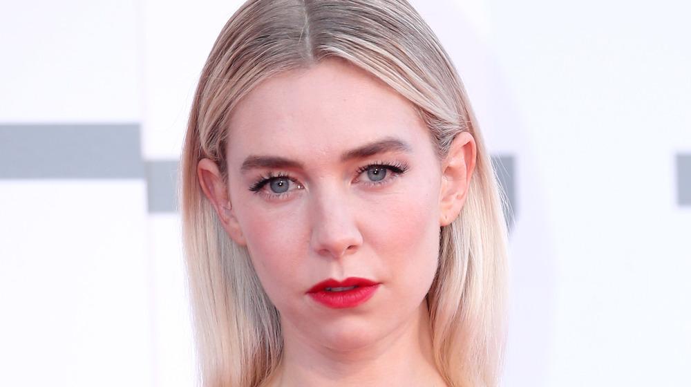 Vanessa Kirby portant du rouge à lèvres et ses cheveux raides posant pour des caméras avec un visage impassible