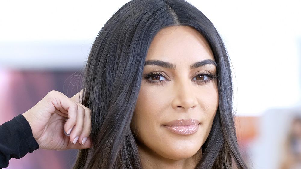 Kim Kardashian posant lors d'un événement KKW