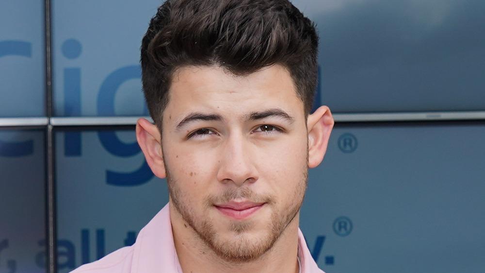 Nick Jonas posant sur le tapis rouge