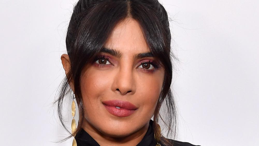 Priyanka Chopra souriant avec la tête inclinée