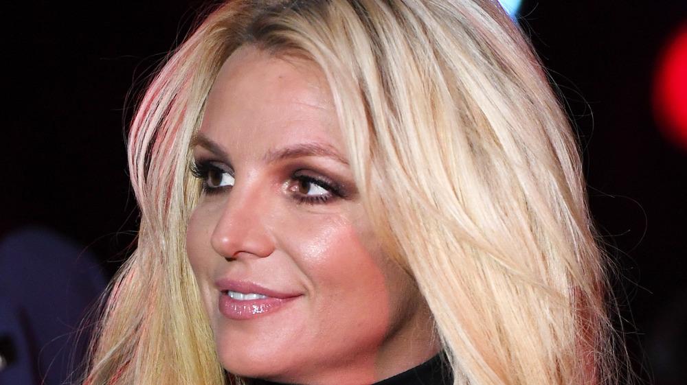 Britney Spears regardant sur le côté