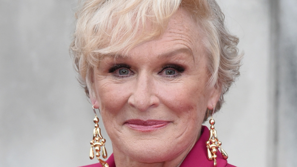 Glenn Close sourit sur le tapis rouge