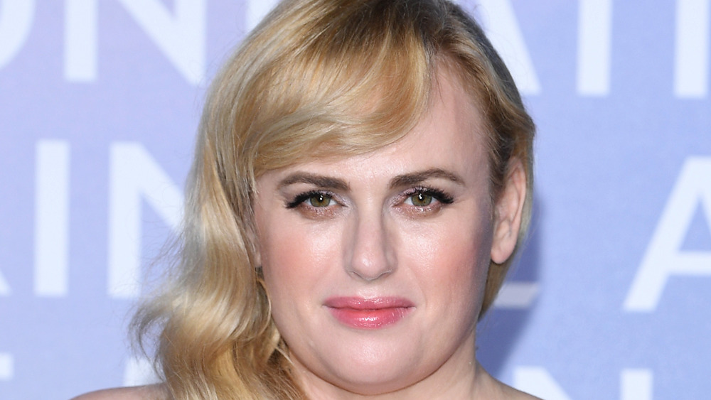 Rebel Wilson souriant