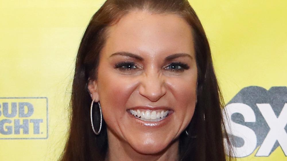 Stephanie McMahon souriant