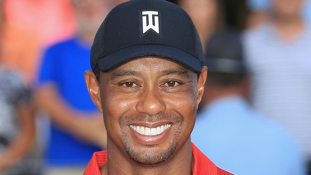 Tiger Woods souriant pour des photos sur le terrain de golf