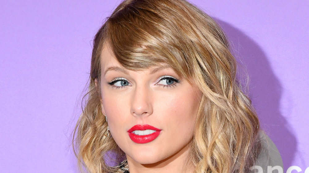 Taylor Swift posant sur le tapis rouge