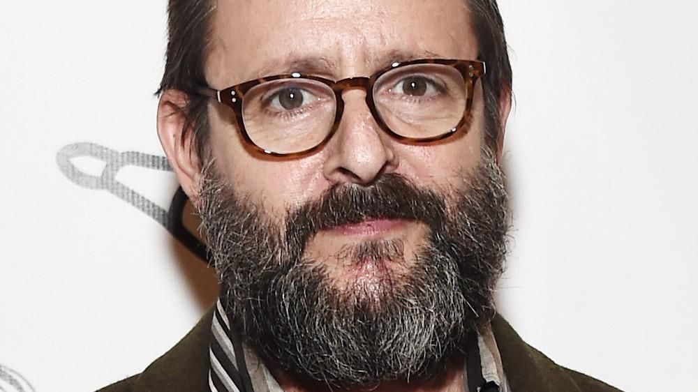 La barbe et les lunettes de Judd Nelson se bouchent