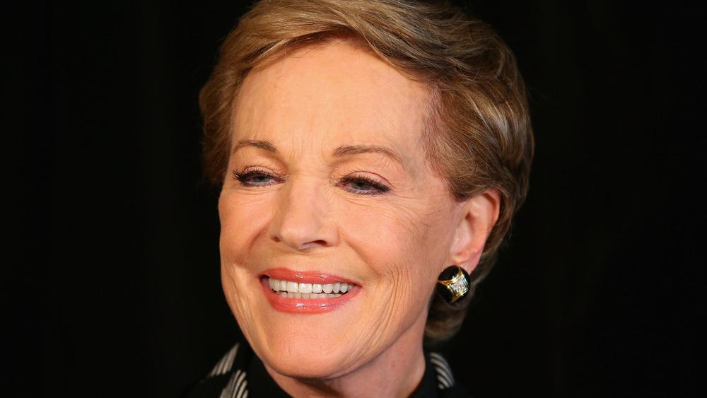 Julie Andrews sourit à la caméra lors d'un événement
