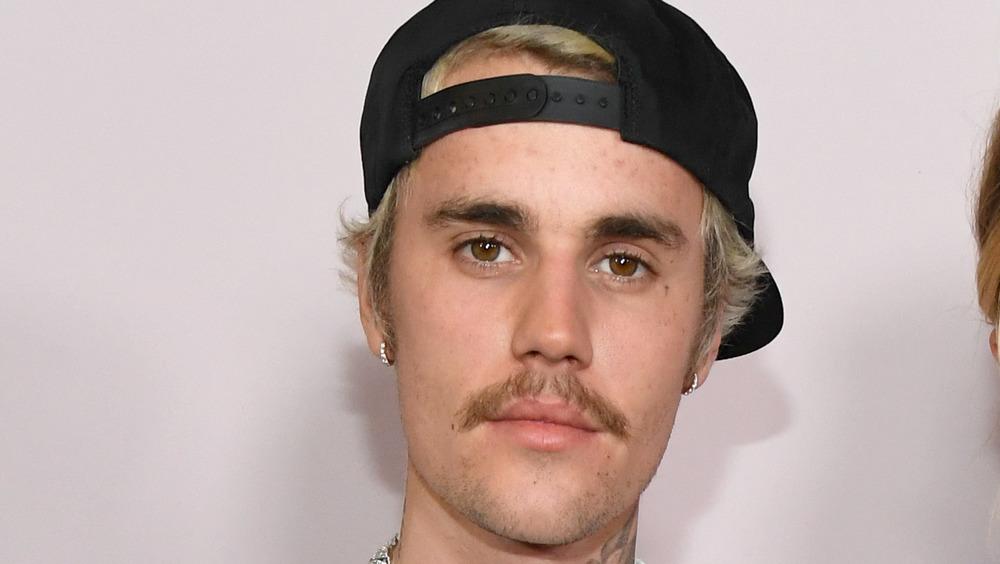 Justin Bieber posant