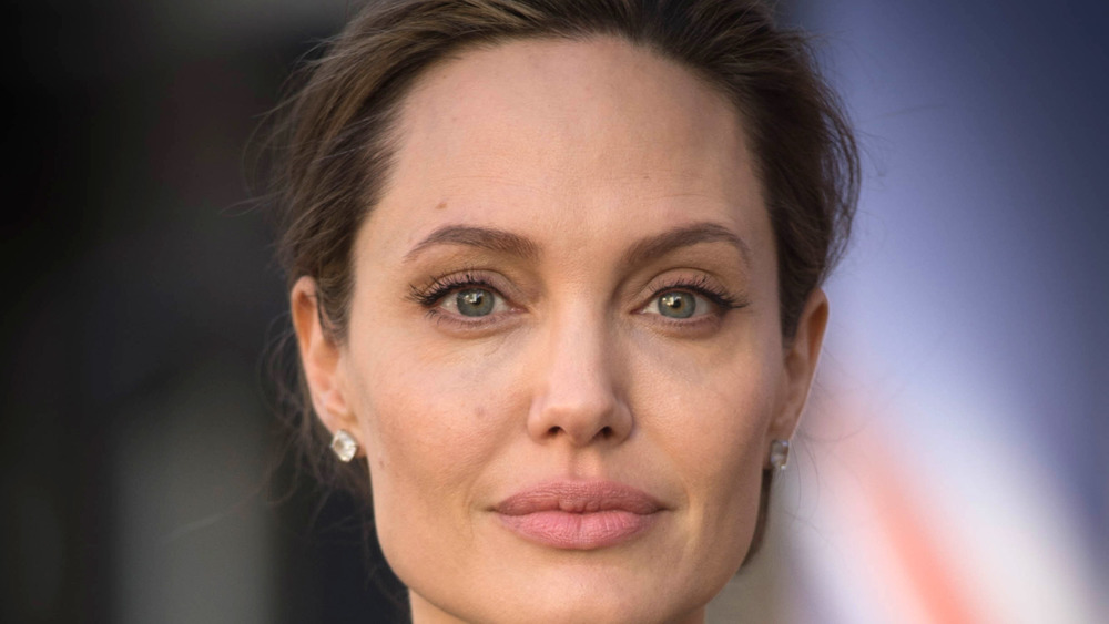 Angelina Jolie regardant