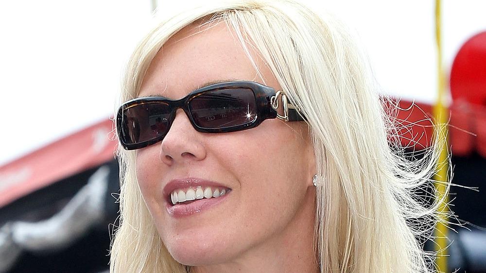 DeLana Harvick posant dans des lunettes de soleil