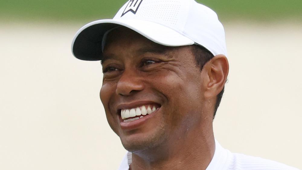 Tiger Woods sourit sur un terrain de golf en 2020