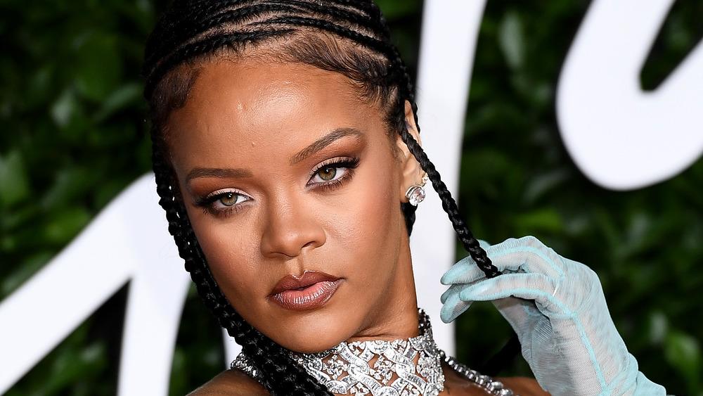 Rihanna posant sur le tapis rouge